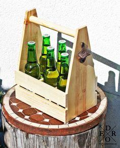 """Praktischer Flaschenträger """"Bayern"""" mit Öffner aus Gusseisen, für Bierflaschen oder Gläser – man hat immer zu wenig Hände beim Getränke holen – und dann hat man auch noch keinen Flaschenöffner bei der Hand. Dieser praktische Flaschenträger löst gleich beide Probleme auf einmal. Er bietet bis zu sechs Flaschen Platz und der Flaschenöffner ist direkt an der Seite befestigt. Perfekt für jede Grillparty, für den Campingurlaub, als tolles Männergeschenk oder als witziger Partyspaß. Beide, Utensils, Wine Rack, Totes, Furniture, Design, Home Decor, Wooden Crates, Cast Iron"""