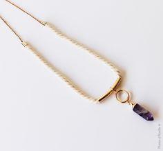 Collier Elixir, corde twistée en coton, pendentif pierre naturelle tons violets. http://plumesdabeille.fr/boutique/