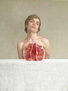 Marwane Pallas est un jeune photographe français. Il ne prend que des autoportraits et son univers, inspiré du cinéma et de la médecine est intriguant.