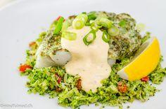 """Var på tur til fiskemanden på havnen i Randers forleden. Han havde de fineste torskefileter, jeg tror også de var dyre, men jeg har fortrængt det. Hos en amerikansk blogger, har jeg for lang tid siden set ideen med at blande mayonnaise, reven parmesanost, hvidløg og urter, som smøres på fisken inden den skal i...</p><p><a class=""""more-link"""" href=""""http://mindfulmad.dk/lchf-torsk-med-hvidlog-og-urter/"""">Read More »</a></p>"""
