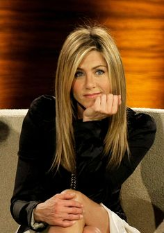 """Jennifer Aniston is known for her hair, specifically """"The Rachel"""" hairstyle that she debuted on Friends that prompted throngs of copycats. Though she's rejected that particular hairdo, saying she'd rather shave her head than get the famous cut… Jennifer Aniston Haar, Jeniffer Aniston, Jennifer Aniston Pictures, Jennifer Aniston Hairstyles, Jennifer Aniston Hair Friends, Rachel Hair, Hair Evolution, How To Cut Bangs, Rachel Green"""