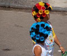 Upcycle pruik. Gemaakt van plastic bekers. Gezien tijdens het carnaval in Recife.