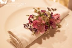 Servilletero para usar de pulsera floral. Decoracion de mesas de boda