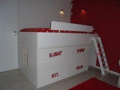 Barnsäng med koja.MDF-skivor och byrån Malm från IKEA.