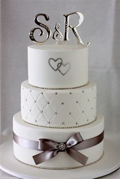 Pretty and simple. And I love the cake topper. This is probably my favorite cake that I've seen.