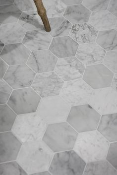 Hexagon marble tiles in a white bathroom. like the richness and variety of stone Scandinavian Bathroom, Scandinavian Interior Design, Scandinavian Toilets, Bathroom Flooring, Kitchen Flooring, Tile Flooring, Hexagon Tiles, Marble Tiles, Marble Floor