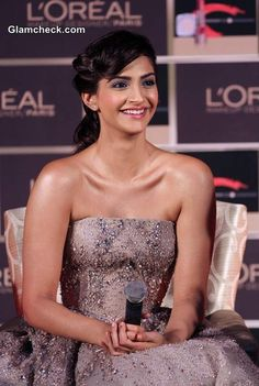 Sonam Kapoor Launches L'Oreal's New Makeup Collection in Elie Saab Couture Indian Bollywood Actress, Beautiful Bollywood Actress, Bollywood Fashion, Indian Actresses, Bollywood Style, Cannes Film Festival 2014, Bollywood Designer Sarees, Elie Saab Couture, Sonam Kapoor
