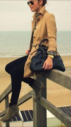fashion en klasse. Lange jas met zwarte tas