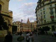 Al fondo Ayuntamiento de Sevilla , por la perta de la Plaza de San Francisco y entrada a la Avda. de la Constitución, Sevilla , España.