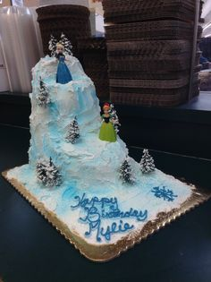 frozen birthday cake, this might be the best amature cakes you can do! Messily frost a cake with meringue frosting, place frozen dolls on cake, add peppermint trees!