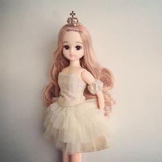 """""""昨日お迎えした、もう一人のSPリカちゃん❤︎ メッシュの髪色がとても可愛い。 この子には、いつもフワフワのドレスを着せたい… . #リカちゃん#licca#リカちゃんキャッスル"""""""