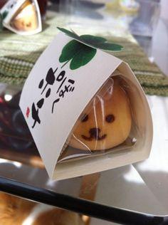nice card wrap around sealed Japanese Manjū cake - momenya . Japanese Wagashi, Japanese Cake, Japanese Snacks, Japanese Sweets, Japanese Food, Japanese Style, Cute Packaging, Food Packaging, Japanese Packaging