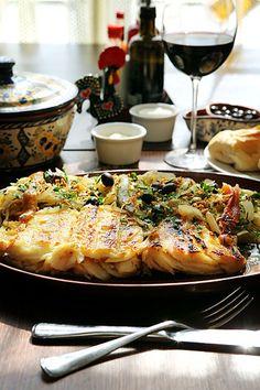 bacalhau assado no forno Cod Fish Recipes, Seafood Pasta Recipes, Bacalhau Recipes, Portuguese Recipes, Portuguese Food, Tapas, Fish Dinner, Home Food, Easter Recipes