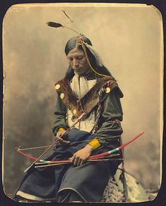 Jefe 'Bone Necklace ' (Collar de huesos), de la tirbu Oglala Lakota, 1899.