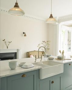 Vintage Interior Design Nice fixtures and cabinet colors The South Wing Kitchen Green Kitchen, New Kitchen, Kitchen Decor, Kitchen Sink, Brass Kitchen Handles, Kitchen Worktops, Kitchen Walls, Kitchen Units, Cheap Kitchen