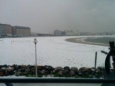 La nieve cubre de blanco Gijón, Playa de San Lorenzo, 06/02/2015 Paraiso Natural, Seattle Skyline, Madrid, Travel, Leaving Home, Oviedo, Snow, Cities, Beach