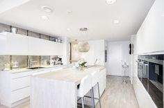 moderni-valkoinen-koti-keittio-saareke.jpg 800×530 pikseliä