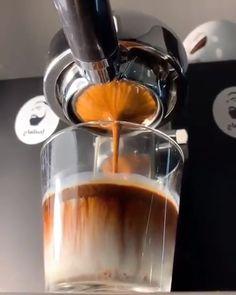 So Pleasing 😍☕️ - Latte Art & Barista Pour Videos! Coffee Latte Art, Coffee Cafe, Iced Coffee, Coffee Drinks, Coffee Girl, Drip Coffee, Coffee Tables, Coffee Shop Photography, Café Chocolate
