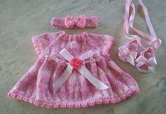 Conjunto confeccionado em tricô em fio importado próprio para bebê.  Cor mescla rosa  Detalhes - flores e fitas  Tamanhos RN/ 1 a 3/ 3 a 6 meses