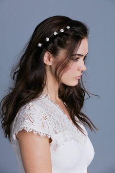 One of our best-selling, popular items -- This is a very simple mini comb that comes in all sorts of colors. This mini comb is extremely versatile as you can use this piece to be worn in many different ways and in all different hairstyles. Medium Dark Hair, Soho Style, Different Hairstyles, Simple Hairstyles, Bride Hairstyles, Fantasy Hairstyles, Grunge Hair, Everyday Hairstyles, Crystal Cluster