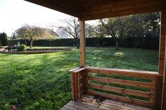 Vue d'une terrasse Maisonelle en bois sur un grand jardin situé dans l'Oise. Le bois traité par autoclave permet une plus longue durabilité.