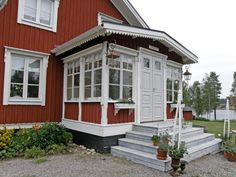 Ytterligare ett sätt att bryta av fasaden under fönstren Glass Porch, House Plans With Pictures, Front Stairs, Sweden House, Red Houses, House Siding, Cozy Cottage, Scandinavian Home, House Front