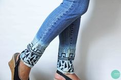 Bleach the bottom of your jeans and use a sharpie to create a tribal pattern. 30 Hella Easy Ways To Seriously Transform Your Old Jeans Diy Jeans, Sewing Jeans, Aztec Shorts, Diy Shorts, Jean Diy, Motifs Aztèques, Do It Yourself Fashion, Denim Ideas, Clothes Refashion