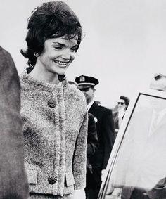 Jackie arriving at La Guardia Airport in New York, 1961 #jackiekennedy #johnfkennedy #carolinekennedy #johnfkennedy #kennedyfamily #1960s