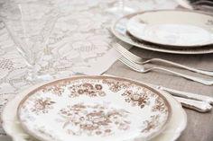 lekker brun #borddekking #vintage #table setting Wedding Table Settings, Plates, Vintage Table, Tableware, Licence Plates, Dishes, Dinnerware, Griddles, Dish