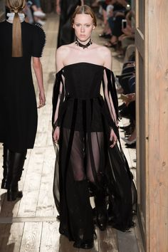 See all the Collection photos from Valentino Autumn/Winter 2016 Couture now on British Vogue Fashion Week Paris, Fashion 2017, Runway Fashion, High Fashion, Fashion Show, Fashion Design, Valentino Couture, Valentino Garavani, Couture Mode
