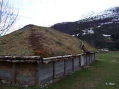 Replica of a Viking house from the Iron Age Viking Hall, Viking Armor, Viking Shield, Viking Dress, Viking Images, Viking Food, Norwegian Vikings, Viking House, Asatru