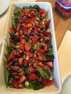 Jordbær salat med brændte mandler og honning