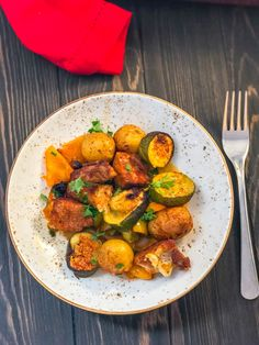 Sometimes on cold days, a colourful and hearty meal like this Syn Free Spanish Pork and Potato Bake is just what is needed! Full of flavour and super simple to make, it'll have you thinking of the Spanish sunshine in no time! Slimming World Dinners, Slimming Eats, Slimming World Recipes, Pork Recipes, Cooking Recipes, Healthy Recipes, Quick Recipes, Recipies, Spanish Pork