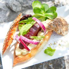 Découvrez la recette Tartine au maquereau fumé et betteraves sur cuisineactuelle.fr.