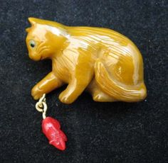Cat and mouse Bakelite button. Other cool old Bakelite buttons at the link.