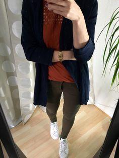 Bikerhose Frühlingsoutfit 2016 - rostrotes Top, blauer Cardigan und grüne Bikerhose