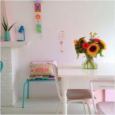 Ik heb eigenlijk niks met zonnebloemen maar zag het boeket zo staan met oranje gerbera's en rode besjes , en zo vind ik het wel zomers staan !  #interior4all