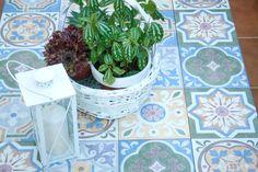 Descubre en la Comunidad cómo crear una mesa de palets cuya decoración son azulejos. ¿Te animas a hacerlo?