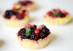 Mini-Tarte cu Fragi si Mure ~ Le Blog Piquant