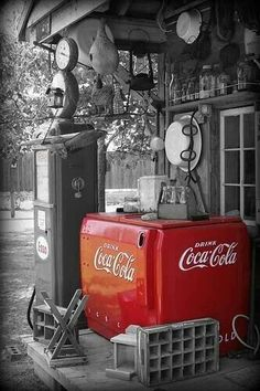 Beautiful big red Coca-Cola Coke box sitting out on the porch of some old gas station somewhere. This used to be the normal scene back in the day. Coca Cola Drink, Cola Drinks, Coca Cola Ad, Always Coca Cola, Vintage Coca Cola, Vintage Ads, Color Splash, Color Pop, Red Color