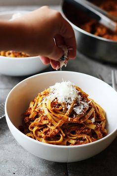 Chicken Bolognese with Linguini - This is a healthy pasta recipe that delicious that can be topped off with cheese. | Savorystyle.com