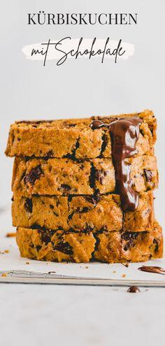 Ein super leckerer, gesunder, und saftiger Kürbiskuchen mit Schokolade! Das Rezept ist einfach, schnell gemacht, vegan, und ein echter Herbst-Klassiker unter Backfans! #kürbiskuchen #rezept #vegan #gesund #mitschokolade Homemade Desserts, Homemade Cakes, Vegan Desserts, Easy Desserts, Dessert Recipes, Vegan Recipes Easy, Baking Recipes, Bread Recipes, Pumpkin Chocolate Chip Bread