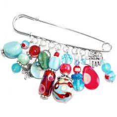 Lichtblauw met rode speld broche met handgemaakte glaskralen.