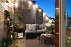 taras na poddaszu,mały drewniany taras,taras na dachu,aranzacja skandynawskiego tarasu,grafitowe meble na taras,szare meble na taras,drewniane skrzynki,małe lampiony na taras,latarenki na taras