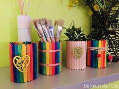 Houten ijslollystokjes kan je overal kopen. Uiteraard bij de hobbywinkel, maar ook bij veel andere winkels die wat hobbymaterialen verkopen. Want ijsstokjes staan in de top 10 van populairste Summer Crafts For Kids, Diy For Kids, Spring Crafts, Kids Crafts, Diy Popsicle Stick Crafts, Popsicle Sticks, Aluminum Can Crafts, Diy Diwali Decorations, Stick Art