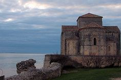 In Royan Country, Talmont-sur-Gironde, Charente-Maritime, is classified as one of the most beautiful villages in France. For that the village owes much to its Romanesque church encamped at the edge of the cliff, overlooking the estuary of the Gironde.