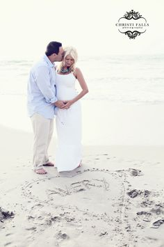 beach maternity portraits..Holly and Rusty