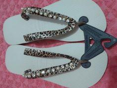 Chinelo decorado na cor bege com fio de strass com perolas e fita cetim de onça