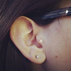 Harry Potter deathly hallows Tragus piercing I fucking need this. Tragus Jewelry, Tragus Earrings, Ear Jewelry, Cute Jewelry, Body Jewelry, Jewlery, Piercing Tragus, Piercing Tattoo, Elf Ear Cuff