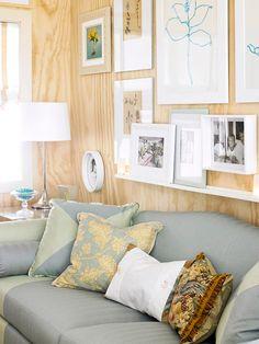 Parede com madeira clara (ou papel de parede). Viu que linda? #decoraçãodeparedes #achadosdedecoração